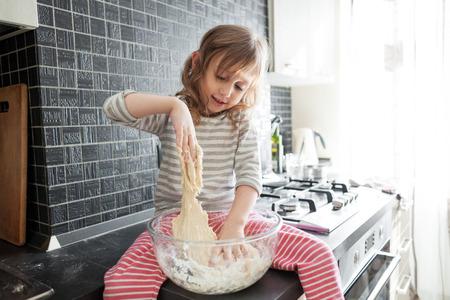 5 jaar oude kind koken vakantie taart in de keuken, casual lstill leven fotoserie, verrassing voor mama Stockfoto