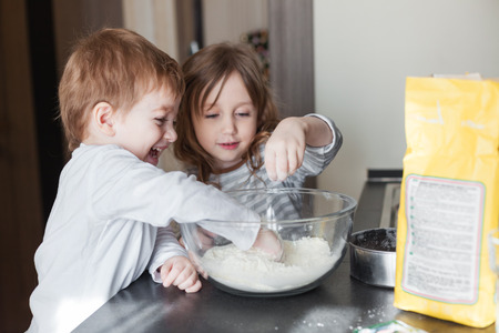 Les frères et s?urs de cuisine tarte de vacances dans la cuisine, décontracté encore série vie photo Banque d'images