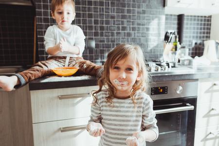 Broers en zussen koken vakantie taart in de keuken, casual stilleven fotoserie Stockfoto