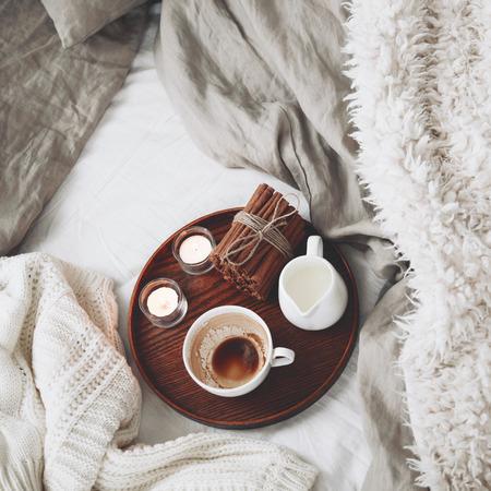 perezoso: Bandeja de madera con caf�, leche, canela en rama y velas de t� en la cama, por la ma�ana lasy, el estado de �nimo de invierno c�lido