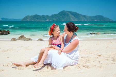 mama e hija: Madre con su hija niño caminando en la playa tropical Foto de archivo