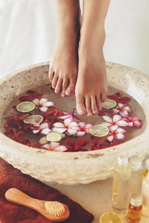 라임과 열대 꽃 그릇에 발 목욕, 스파 페디큐어 트리트먼트