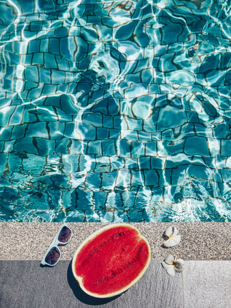 Dưa hấu, kính râm và hoa spa gần hồ bơi màu xanh lam. Chế độ ăn trái cây nhiệt đới. Kỳ nghỉ hè kỳ diệu. Kho ảnh