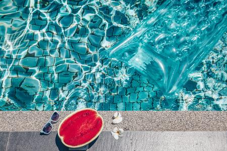 수박, 선글라스 및 부동 매트리스 푸른 수영장. 열대 과일 다이어트. 목가적 인 여름 휴가. 스톡 콘텐츠