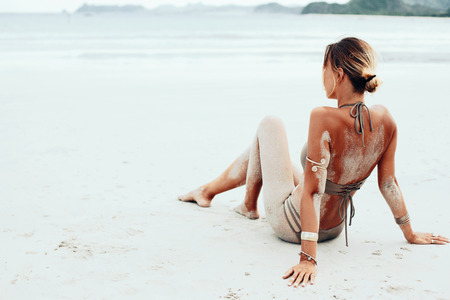 Beautiful bohemian styled and tanned girl at the beach 版權商用圖片