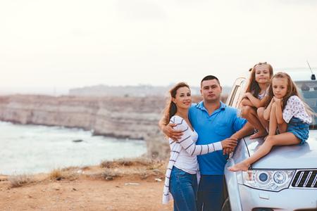 voyage en famille en voiture sur le bord de la mer dans le coucher du soleil, Voyage série de photos Banque d'images