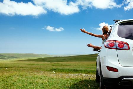 Auto in het veld op groen gras en blauwe luchten Stockfoto