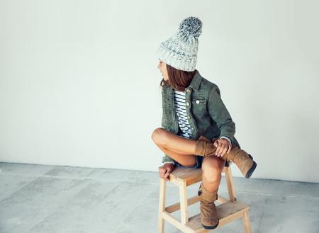 Mode pré adolescente de 10 ans de porter des vêtements et des bottes automne, le style hipster