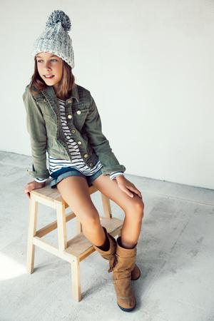 botas: Moda pre muchacha adolescente de 10 años de edad, llevaba ropa de la caída y las botas, el estilo inconformista