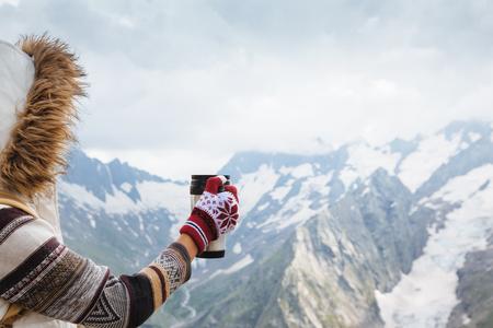 出張雪と山脈のサーモス マグカップでお茶を飲んで冬のハイキング 写真素材 - 63235822