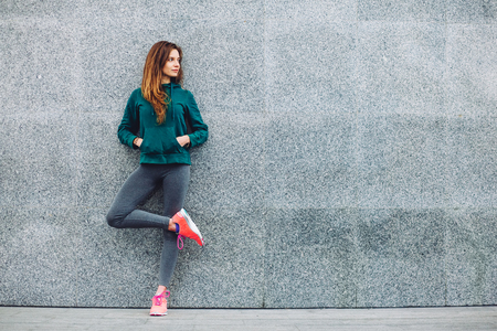 Fitness sport girl in fashion sportswear doing yoga fitness exercise in the street, outdoor sports, urban style Stockfoto