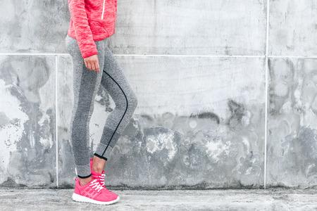 피트 니스 스포츠 여자 스포츠 회색 운동복 도시 배경 위에 요가 피트 니스 운동을 하 고. 야외 스포츠 의류 및 신발, 도시 스타일. 스톡 콘텐츠 - 69545871