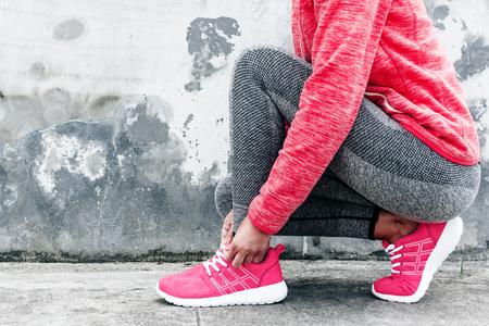 フィットネス スポーツ女性ファッション スポーツウェア灰色コンクリート背景に都市通りでヨガ フィットネス運動を行います。屋外スポーツ衣料