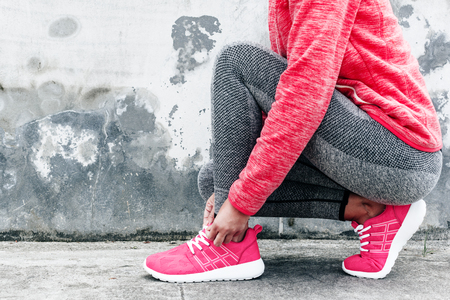 피트 니스 스포츠 여자 스포츠 회색 운동복 도시 배경 위에 요가 피트 니스 운동을 하 고. 야외 스포츠 의류 및 신발, 도시 스타일. 넥타이 운동화. 스톡 콘텐츠