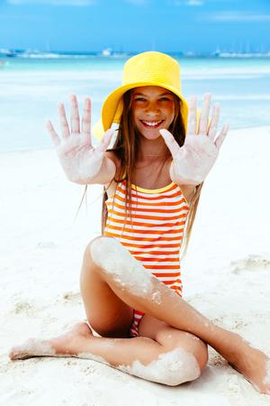 traje de baño: niño niña de 10 años de edad jugando en la playa en la isla tropical. Filipinas, Boracay. Foto de archivo