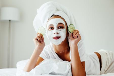10 jaar oud preteen chillen in de slaapkamer en het maken van klei gezichtsmasker. Tiener die anti behandeling smet huid. Morning huidverzorging routine.