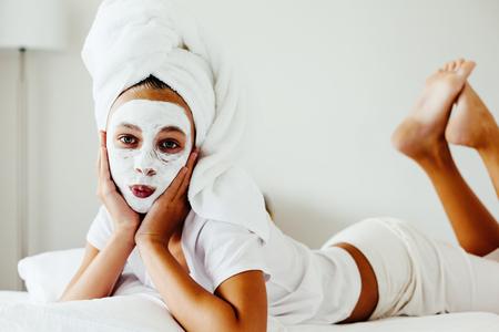 10 歳のプレティーン寝室の低温と粘土のマスクを作るします。10 代の少女の皮膚の傷の治療対策を行います。朝のスキンケアのルーチン。 写真素材