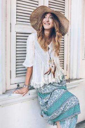 Chica de moda vistiendo ropa bohemia posando en la calle de la ciudad vieja. Estilo elegante de la manera de Boho. Foto de archivo - 73426431