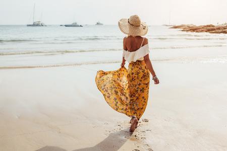 Mädchen tragen Blumenrock Maxi barfuß auf dem Meer, Thailand, Phuket entfernt. Bohemian Kleidungsstil. Standard-Bild - 73467006