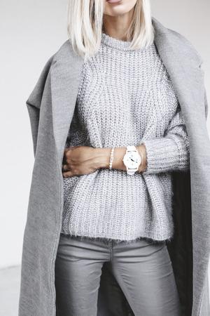 認識できないモデル着用のカジュアルな服。トレンディなミニマリズム ・ スタイルでグレーの服。春や秋の季節のストリート ・ ファッション。日