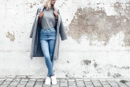 空白のグレーの t シャツ、ジーンズ、大まかなウォールストリート、都市のミニマルな服のスタイル、t シャツ プリント店のモックアップに対する 写真素材