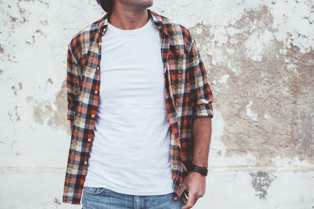 거리 벽에 포즈 빈 - 셔츠를 입고 잘 생긴 남자, 전면 t 셔츠 모델, 패션 도시 스타일에 모의