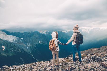 Les randonneurs avec sac à dos en regardant les montagnes, vue sur les Alpes, la mère avec l'enfant photo