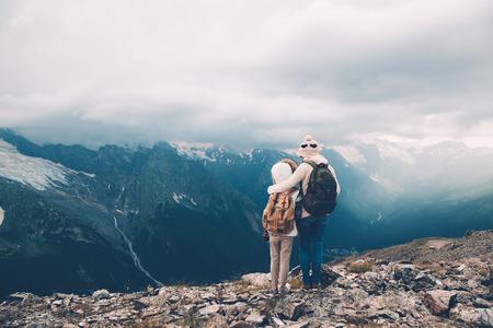 Wanderer mit Rucksack in den Bergen suchen, Alpenblick, Mutter mit Kind photo