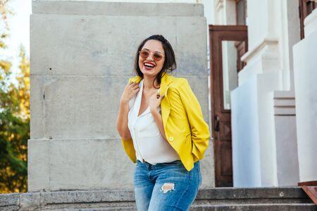 かなり若い女性が街を歩いて明るいカラフルなジャケットを着てします。カジュアルなファッションのプラスサイズ モデル。 写真素材