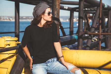 Model wearing plain black t-shirt and hipster sunglasses, teen urban clothing style, mockup for tshirt print store Standard-Bild