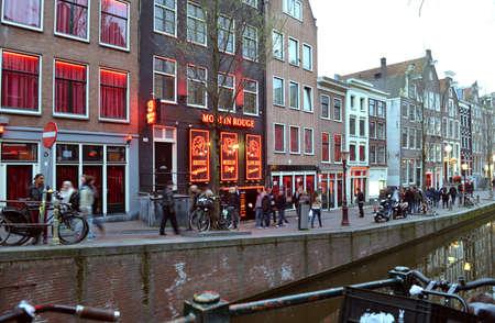 rote ampel: Amsterdam, Niederlande - 4. April 2014: Red Light District in Amsterdam. Abend Ansicht der Kan�le von Amsterdam.