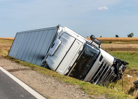 Der LKW liegt nach dem Verkehrsunfall in einem Seitengraben.