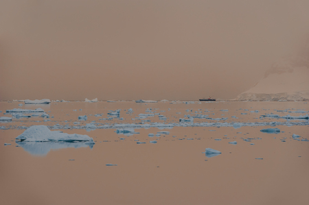Antarctic midnight summer light with ice and mountains 写真素材 - 122696489