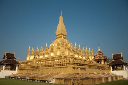 Wat Luang Thap en Vientiane, Laos contra el cielo azul Foto de archivo