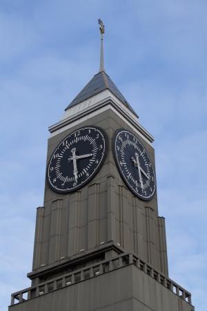 La torre del reloj en el centro de Krasnoyarsk Foto de archivo