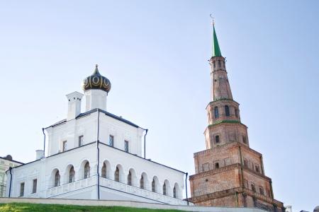 La Iglesia ortodoxa y musulmana torre inclinada en Kazan Foto de archivo
