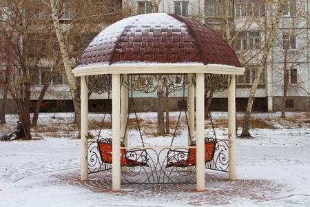 tuinhuis: Zomerhuis met twee banken bedekt met sneeuw