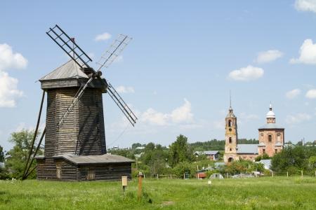 Molino de viento de madera vieja en Suzdal, Rusia