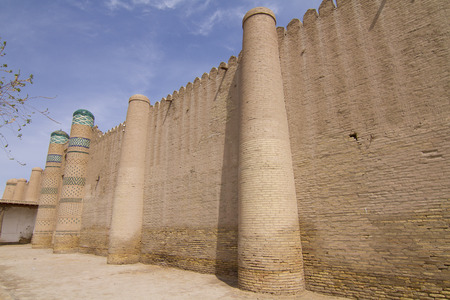 La pared de la fortaleza en la antigua ciudad de Jiva, Uzbekist�n Editorial