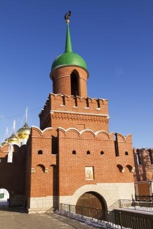 Alta pared de ladrillo y Kazanskaya Torre en el Kremlin de Tula