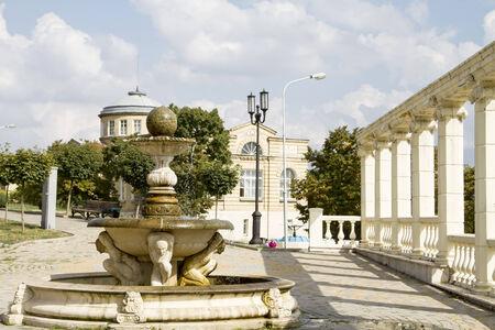 provincial tourist area: Fuente y columnata en el callej�n en la ciudad tur�stica de Pyatigorsk Foto de archivo