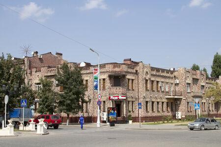Edificio en estilo antiguo en el cruce de las calles principales de Grozny