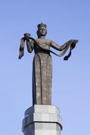 Ulan-Ude, Rusia - 04 de febrero: Monumento Hospitalario Buriatia - Estatua de la Madre Buriatia en Fevruary 4, 2015 en Ulan-Ude.