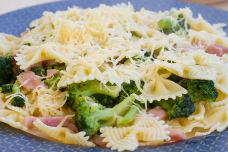 grated cheese: Pastas con el jam�n, el br�coli y queso rallado