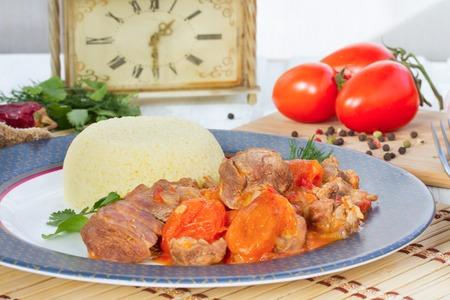 legumbres secas: Tiempo del almuerzo - estofado de cordero en �rabe con verduras y albaricoques secos.