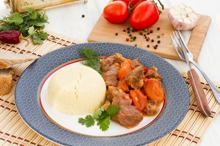 legumbres secas: estofado de cordero en árabe con verduras y albaricoques secos. Foto de archivo