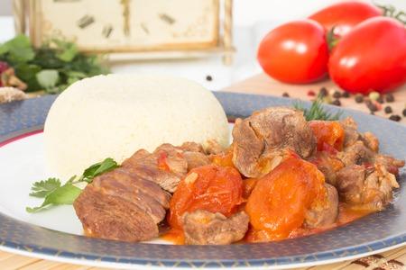 legumbres secas: estofado de cordero en �rabe con verduras y albaricoques secos. Foto de archivo