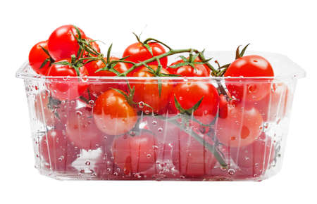 envases plasticos: Tomates Cherry aislados sobre fondo blanco