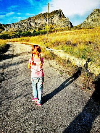 walking alone: Ni�a caminando solo Foto de archivo