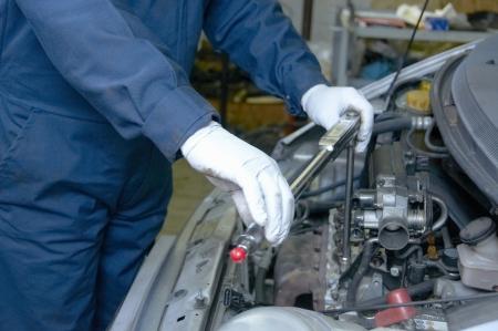 reparation automobile: m�canicien r�pare une voiture dans un garage